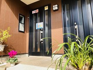 左側の玄関が教室入口